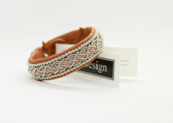 Sami bracelet Nore in reindeer color Muscade.